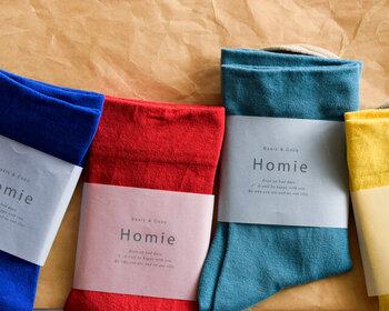 きれいな色の靴下は、シンプルなTシャツワンピを引き立たせてくれる優秀なアイテム。『パンプス+靴下』や『サンダル+靴下』など、コーデの差し色として楽しめそう。