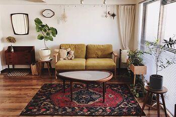 シンプルで無機質な部屋でも、個性的な柄のラグを敷けばそれだけでグッとおしゃれな印象になります。シーズンに合わせて、素材や色を季節感のあるものに変えるといいかもしれませんね。