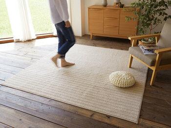 ホットカーペットや床暖房の上でも使えるよう、耐熱加工が施されているのでオールシーズン使えます。毛足が短く、素足で歩いてもサラサラ、掃除機もスイスイかけられます。
