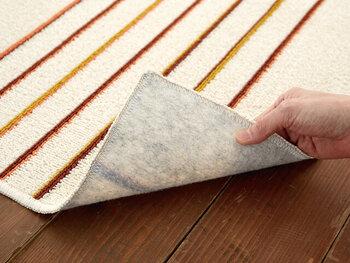 裏面はフローリングにも優しい不織布貼り。柄も素材もどちらも爽やかなので、夏におすすめのラグです。
