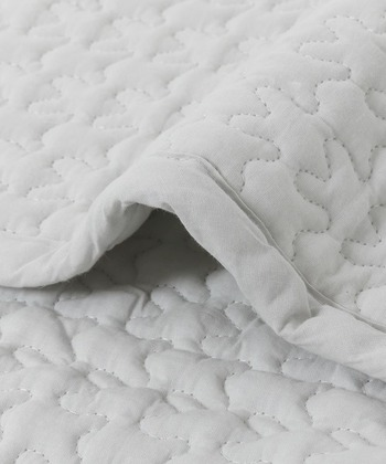 波打つようなキルティング素材がユニークでおしゃれ。じゃぶじゃぶ洗えるので、清潔に保ちやすいのもうれしいポイントです