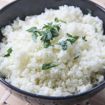カリフラワーを米粒サイズに刻み、軽く調理したカリフラワーライスは、見た目がご飯のようで代用になると話題になりましたね。こちらはオーブンで焼いていますが、フライパンで炒めるのもOKです。