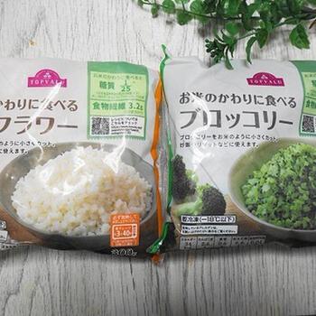 カリフラワーライスは、手軽な冷凍食品も販売されています。忙しくて時間がないときにもおすすめ。ご飯を半分にして、カリフラワーライスで補うというのもアリですね。