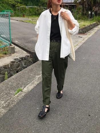 黒とグリーンでキリッとかっこよくまとめたパンツスタイルに白シャツを羽織って。マニッシュでかっこいい大人のカジュアルスタイル。気取りのないラフな着こなし方が素敵です。