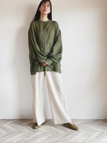滑らな光沢感が美しいグリーンのシャツ&白いパンツ。足元もグリーンで統一して、とてもナチュラルな雰囲気。肩の力が抜けた清潔感あるスタイルは今の気分にぴったりです。