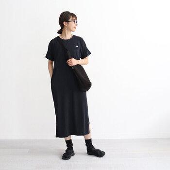 すとんと落ち感が心地いいTシャツワンピースは、モードな雰囲気で着こなして。そのコツは、カラーを統一すること。眼鏡をかけたり、バッグを斜めがけしたりと小物でアクセントを出してみて。