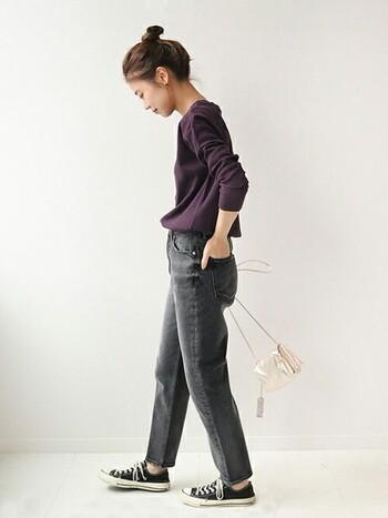 パープルのカットソーにグレーのジーンズを合わせたシンプルスタイル。光沢感ある小物を加えてスタイリッシュ&クールに仕上げたところがポイントです。