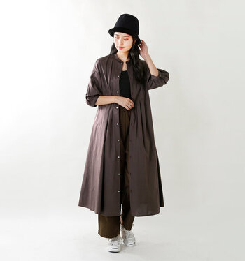 Aラインが綺麗なシャツワンピース。シックな秋色なので、引き立てるようにブラックのインナーと帽子を合わせて。足元だけホワイトのスニーカーにすることで軽さを演出。
