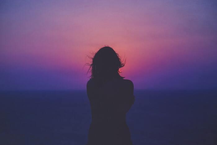 極端なマイナス思考は禁物ですし、人生を悲観する必要もありません。さまざまな要因でどうしても物事を悪い方向にばかり考えてしまうときは一旦、「ああ、いまわたしはマイナス思考のループに陥っているな」と冷静に考え、そんな自分ごと受け入れてみてください。