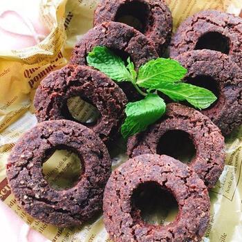 砂糖なしのココアパウダー(純ココア)や玄米甘酒で作る、優しい甘さのミスド風チョコドーナツ。お砂糖をさらに減らせば、大人っぽい苦みになります。セルクルで抜いて揚げましょう。