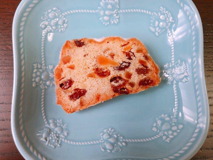 老舗ドイツ菓子「HOLLANDISCHE KAKAO-STUBE(ホレンディッシェ・カカオシュトゥーベ)」のサマーシュトーレンもテイクアウトOK。レーズン、柑橘類のピールがたっぷりと使われた本場の味。賞味期限が長めの1カ月なので、毎日少しずつ切りながら、クリスマスのシュトーレンのように食べられますね。お酒もたっぷり使われており、熟成による芳醇な味わいの変化を楽しむことができますよ。店舗は新宿伊勢丹店や全国の三越に出店。