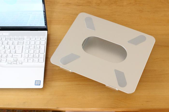 パソコンスタンドは高さと角度が調整できるため、自分のベスポジにセットしやすくなります。 タブレットにも使えるものもあるので、動画をよく見る方にも使いやすいでしょう。