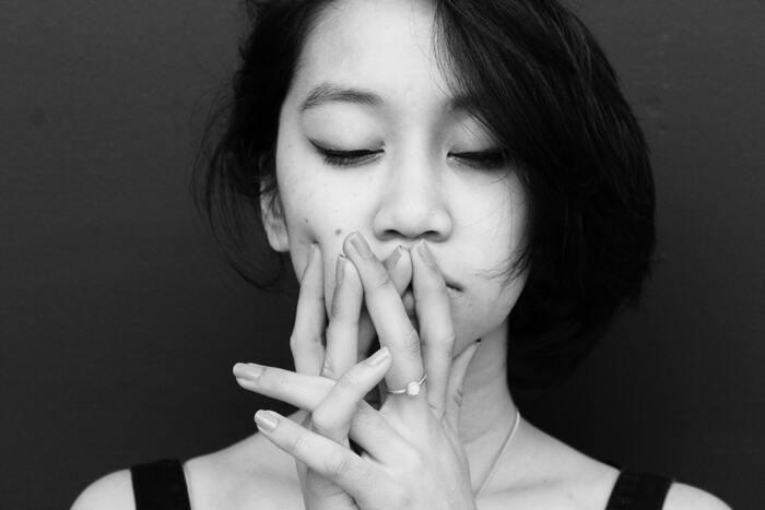 年齢を重ねた女性特有の悩みに「更年期障害」がありますが、40代は、閉経前後の10年間(45歳~55歳)にあたる「ゆらぎ世代」に差し掛かるころで、多くの方が不調を感じやすい時期です。特に更年期障害は、ホルモンバランスの変化や乱れが原因で起こる症状で、頭痛・腰痛・肩こり、ほてり・発汗・のぼせなどの身体の症状のほかに、イライラや気力が湧かないなど、心にも大きな影響を及ぼします。