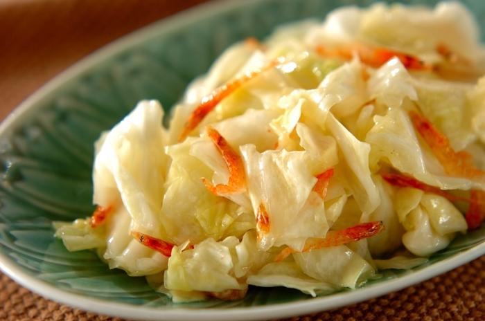 レンジでチンしたキャベツに桜エビと塩を揉み込んで、ごま油をかけて完成の、ピンクと緑が可愛い簡単レシピ。キャベツは胃腸の働きを助けてくれるキャベジンと呼ばれるビタミンUが含まれています。脂っこい中華の箸休めにぴったりの副菜レシピです。