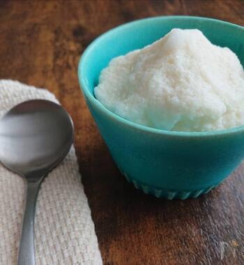 こちらもとっても簡単!1分でできる優しい豆乳アイス。材料は無調整豆乳とはちみつ、バニラエッセンスに塩のみというシンプルなもの。豆乳がたっぷり含まれているので、疲労回復やホルモンバランスを整える効果があります。体に優しいアイスなので、たくさん食べても罪悪感がないのが嬉しいですよね!