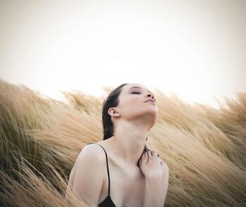 「言葉の力=言霊」は思う以上に影響力が大きく、自分に優しく明るい言葉をかけてあげることで細胞が活性化し、元気で健康な心と身体が作られていく一因に。毎日忘れずにポジティブな自己暗示をかけること。これは高い美容液を塗るよりも効果が高いとも言えます。