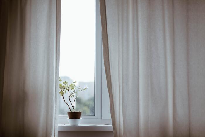 見た目は汚れていなさそうでも、意外にホコリなどで汚れているカーテンも洗ってしまいたいアイテム。カーテンは干す場所が...と思う方には、薄手のカーテンやレースのタイプであれば、洗った後にカーテンレールに戻して乾かす方法がおすすめです。