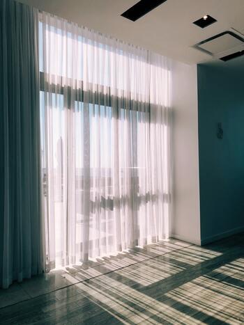 カーテンレールで干すことで、シワにもなりにくく、何度も大きなカーテンを持ってお部屋を移動する手間もなくなります。レースのカーテンは、脱水しすぎるとシワが取れないので軽く脱水して自然乾燥させてくださいね。