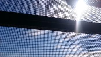 冬の大掃除の時にきれいにするイメージが強い網戸掃除や窓ふきも、実は夏の陽射しを借りてしてみたい「おうち仕事」。光が当たっている時には網戸やガラスの汚れも見えやすく、冬の様に冷たい水が気になることもありません。お掃除後にさっとカラッと乾くのも大きなメリットですね。