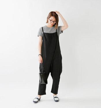 黒のゆるサロペットに、グレーのシンプルなTシャツを合わせたベーシックなコーディネートです。小物も黒や白などのモノトーンカラーでまとめて、リラックスしたい日にもぴったりな大人の休日コーデに。