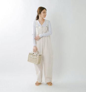 サロペットのインナーに、カーディガンを合わせるのもおしゃれな着こなしテクニックのひとつです。肌寒さを感じる季節には、ぴったりのスタイリングに。白と薄いグレーなどの同系色で合わせれば、難しそうに感じる組み合わせも着こなしやすいです。