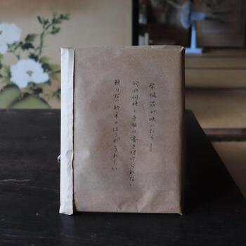 先の「選書サービス」でもご紹介した「庭文庫」では、ラフに包んだ本の中から抜粋した一節を書き付けた「隠された本」が販売されています。  したためられた手書きの文字は、まるであなたへのお手紙のよう。長い時を旅してきた古本が巡り巡って、さらにたった一節だけを頼りにあなたの元へと導かれることとなった一冊は、偶然というより運命の出会いに感じられるはずです。