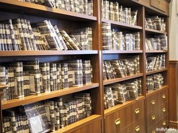 その一角には、本の販売を行うブックショップエリアが。  でもどれも似たような装丁なのがお分かりですか?