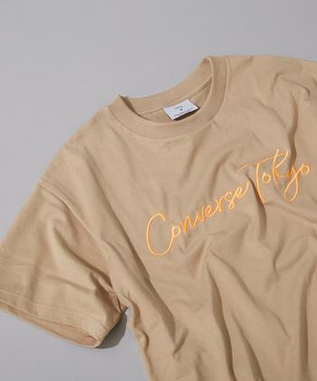 夏に欠かせないTシャツですが、今年はネオンカラーをポイント使いしてみるのも素敵です。ベーシックな形にさり気なくネオンカラーのロゴを入れれば、シンプルで大人っぽいけど遊び心を感じさせます。