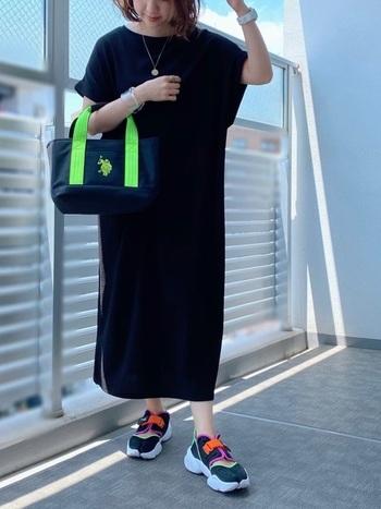今っぽさを運んでくれるネオンカラーのファッションアイテムたちです。 大人が取り入れるなら、シックにポイント使いするのがおすすめ。 自分に取り入れやすいポイントで、ネオンカラーの元気を分けてもらいましょう!