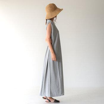 夏の暑い日にはワンピース一枚でサラリと着こなして。コットンレーヨン素材で柔らかく、着心地もバツグンです。吸水・速乾性に優れたマルチエフェクトジャージー生地だから、汗をかいてこサラサラ。
