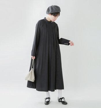 フランスのヴィンテージガーメント風の、どこかレトロで洒落た雰囲気が魅力のタックシャツワンピース。ワンピースとして着るときは、あえてヒールのシューズを合わせてキチンと着こなしたい。