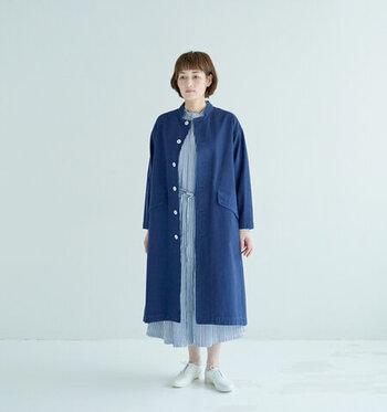 秋口にはコートを羽織ってレイヤードスタイルを楽しんで。いろいろ重ね着を楽しむと、一年を通して長く着られます。