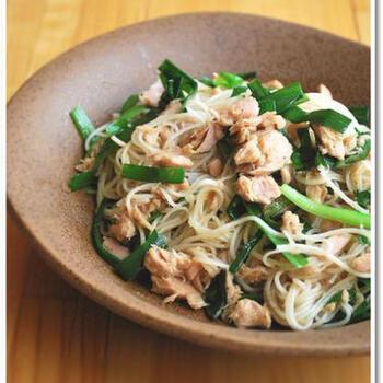シーチキンの缶詰とニラで作るそうめんチャンプルー。ニラは安い野菜なので、家計の味方になってくれますね◎ ラー油、ごま油も和えていただく、元気がでる味わいの一品です。