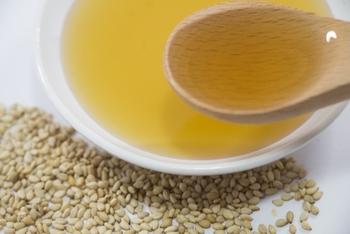 卵かけご飯といえば醤油ですが、こちらは料理のプロがすすめる「ごま油+塩」のレシピ。ごま油の風味がまろやかな卵と溶け合い絶品だとか。精製していない炒った粗塩を使うのもポイントです。
