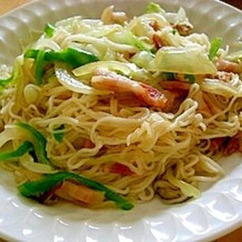 好きな具材を炒めたら、茹でた素麺と鶏ガラスープの素・ごま油で加えてさっと火を通して、できあがり。こちらのレシピではベーコンを使っていますが、 ウインナーでも美味しく仕上がりますよ。