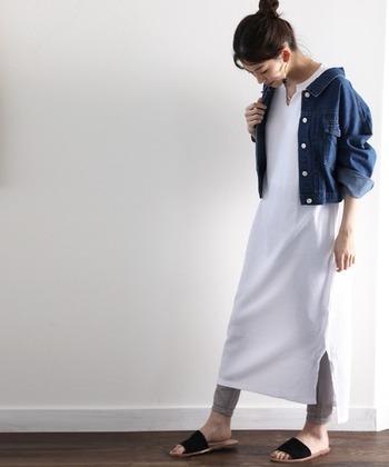 真夏を過ぎたら、レギンスを重ね着してデニムジャケットを羽織ってみて。シンプルなデザインなので合わせるアイテムを選ばず、こなれ感のある着こなしを楽しめます。