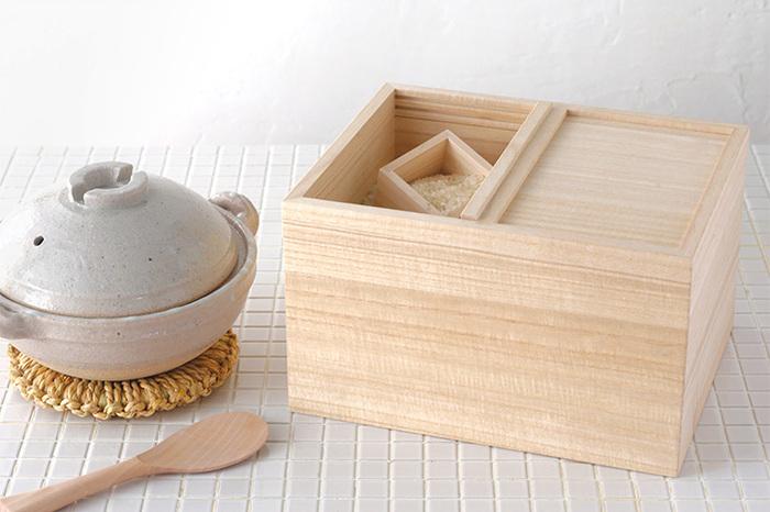 お米の美味しさを保ってくれる米びつ。シンプルで木の美しさを感じられる佇まいが魅力です。一合分のお米を量れる升もセットになっています。ご飯を炊く作業が楽しくなりそう♪