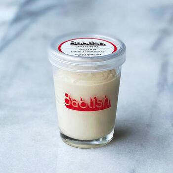 8ablish(エイタブリッシュ)の「ヴィーガンナッツチーズ」は、有機カシューナッツをベースに作られていて、本物のチーズのような風味を楽しめます。ヘルシー志向の方やダイエット中の方も満足感が得られると人気です。