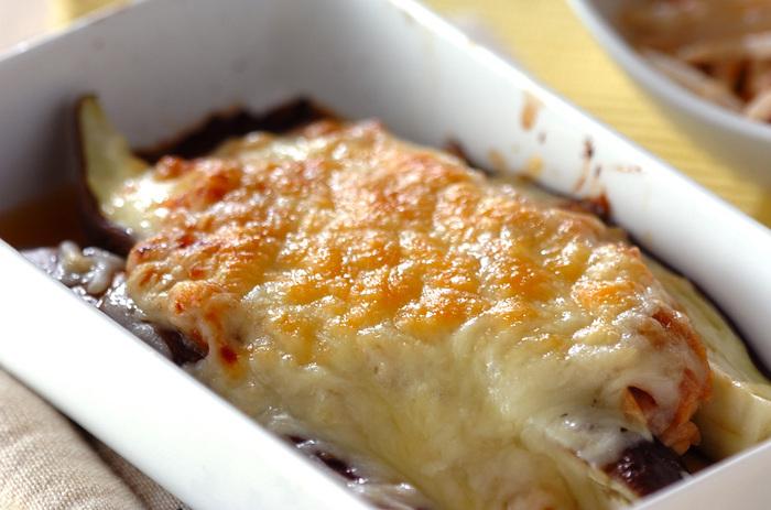 ちょっと甘めにアレンジした「合わせみそ」と「ツナ」を混ぜ合わせてつくる「ツナみそ」が、このレシピのポイント。容器に、ツナみそ、レンチンしたナス、その上にピザ用チーズをかけてトースターで焼き上げると・・・みそツナチーズが絶妙な味わいの茄子料理が完成します。
