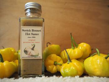 辛いもの好きさんに大人気なのがのScotch Bonnet(スコッチボネット)の「ホットソース」です。スコッチボネットとは、カリブ海にあるジャマイカでもっともポピュラーな唐辛子のこと。これを日本で無農薬で栽培してソースにしているんです。