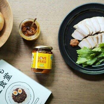 SNSで注目されている「LOVEPAKU エスニックソース」は、ライムやレモングラスなどが入っています。国産の野菜やハーブを生のまますりおろすことで、フレッシュな風味を実現。瓶を開けるとふわりとエキゾチックな香りが広がります。