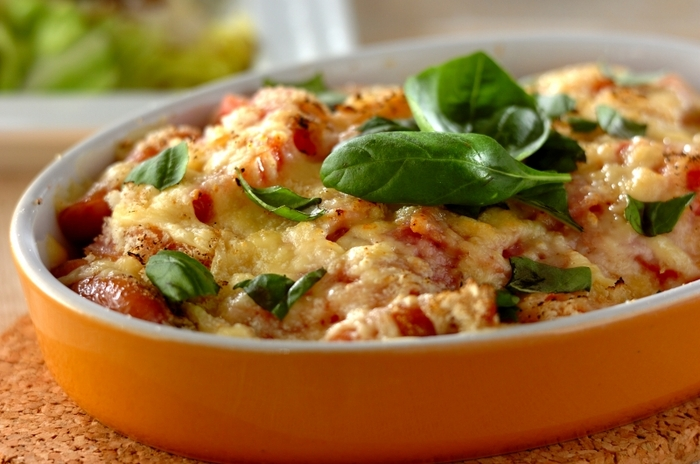 こちらのナスグラタンは、お肉を含んでおらず、ヘルシーなので、カロリーが気になる方にもおすすめ。  細かく切ったナス、トマト、ベーコンなどを耐熱容器に並べて、ピザ用チーズを振りかけて、パン粉等で仕上げをしたら、電子レンジで10分ほどチンして出来上がりです◎