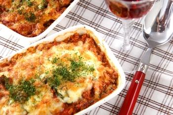 ひき肉・玉ネギ・水煮トマト缶・ピザ用チーズでつくる、定番のミートグラタン。ナスを加えてアレンジしてみませんか。  ひき肉や玉ネギ、トマトを煮込んでつくった特製トマトソースと、フライパンで焼いたナスを交互に敷いて、チーズをかけて焼き上げるだけ。ワインにぴったりですね。