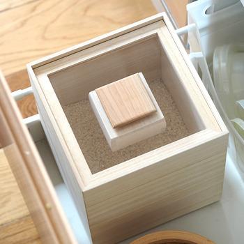 正方形の米びつで、フタが透明なため中が見えるのが特徴です。フタはしっかりと密閉できる作りなので保存にぴったり。見せる収納として使えるおしゃれなデザインです。