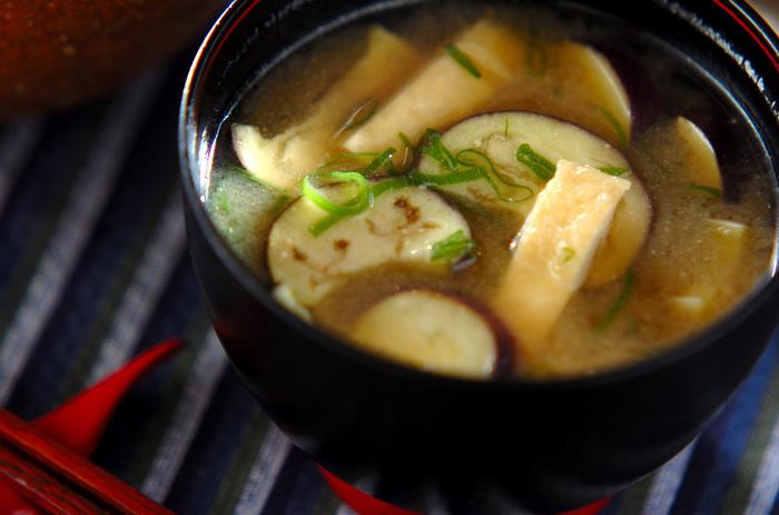 油揚げとナス、仕上げにネギを加える、シンプルなお味噌汁レシピ。仕上げに七味唐辛子を振りかけても美味しいですよ。