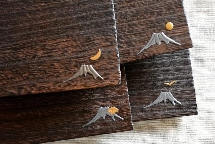無地の他に、金箔や銀箔で模様を描いた「蒔絵」がポイントになったトレイもあります。富士山や動物などが立体的に描かれていて、見ているとほっこりしますよ。柄違いでいくつか揃えても良いですね!