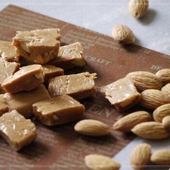 ナッツの中でも手に入りやすい、アーモンドを使ったタフィー。バターの代わりに生クリームを使うので、濃厚な味をたのしむことができます。