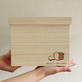 こちらは1.5斤用のパン箱です。さりげなく入った食パンのロゴが可愛いですね!テーブルに出していても、インテリアの一部として馴染みます。