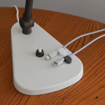 こちらは、マグネットでケーブルを挟み、スチール製の台座とセットで使用します。台座はテープで貼り付けるので、マグネットが使用できる以外の素材にも取り付けられ、デスクの天板や壁面、ランプの土台など場所を選ばず設置できます。  コネクタは埃や傷をつけないよう気をつけたいものなので、しっかり管理しておきたいですね。