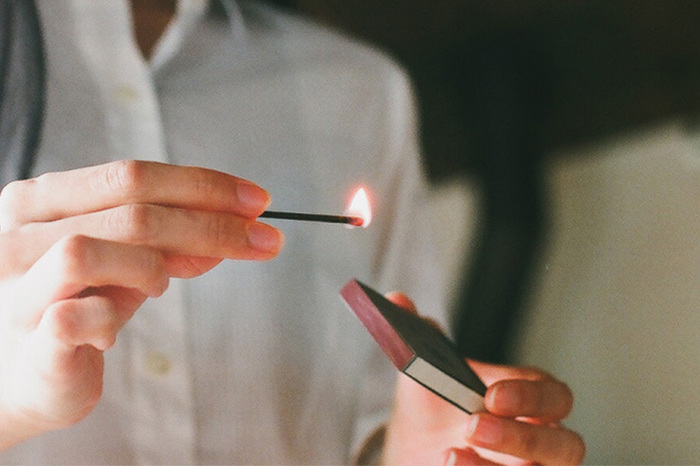 シュッと擦ったマッチの火、これがこのままお香になるなんて想像できますか?新感覚のマッチ型のお香は、点けるのもエンターテインメントになる新鮮なお香です。